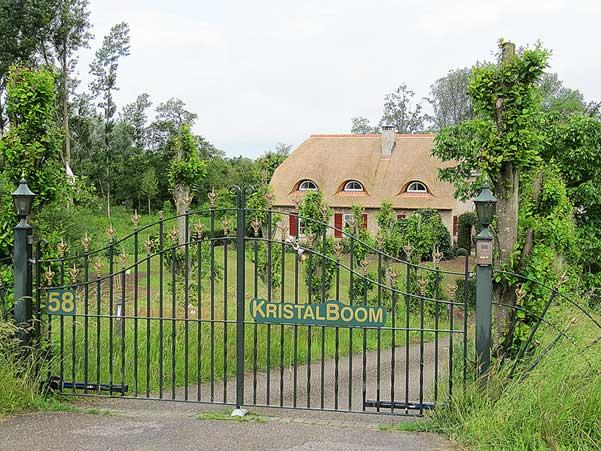 Toegangshek van de TantraTempel in het landhuis midden in het bos en natuur van ons landgoed KristalBoom met ca 7 km wandelpaden
