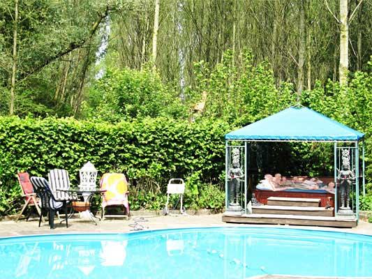 TantraTempel zwembad met jacuzzi waar je heerlijk kunt zonnen