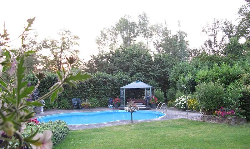 TantraTempel tuin met zwembad dicht bij bos en natuur