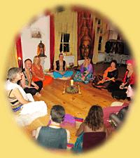 Tantrisch ingerichte groepsruimte met cirkel van deelnemers op meditatiekussens